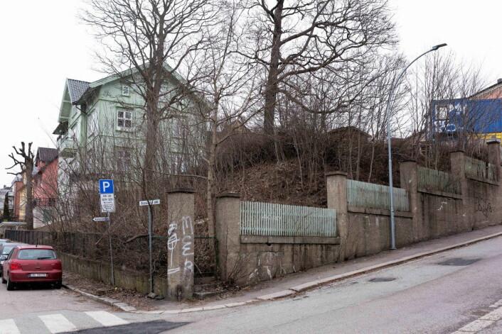 Dette er tomta byrådet nå vil kjøpe for å innlemme i skolegården ved Bolteløkka skole. Foto: Stig Jensen