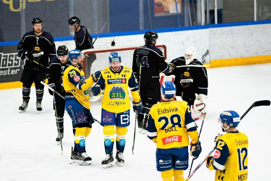 Storhamar-spillerne jubler mens hjemmelagets gutter depper etter et Storhamar-mål. Gjestene fra Hamar vant til slutt 7-3. Foto Bjørnar Morønning