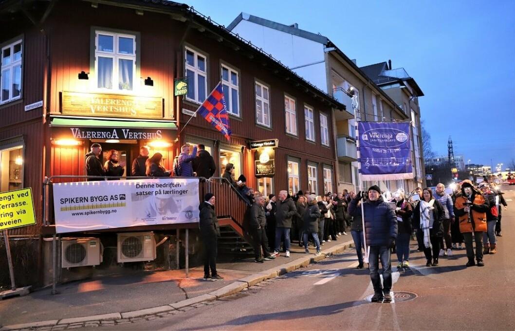 Til musikk fra Vålerenga Janitsjar åpnet et nyoppusset vertshus dørene. Foto: André Kjernsli