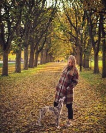 Sara Øien Humlen er oppgitt over at hunderparken på St. Hanshaugen ser ut til å bli borte for hundeeierne. – Da vil vi som har hund miste nok et sted å slippe hundene løs for lek og sosialisering, sier hun. Foto: Privat