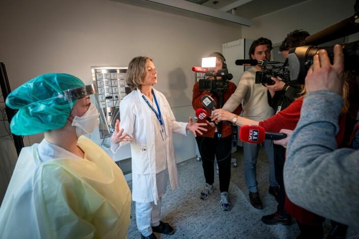 Overlege ved medisinsk avdeling, Torgun Wæhre (t.h) og fagutviklingssykepleier Marte Rygh Selmer, ikledd smittevernutstyr, snakker til pressen på isolatposten på Ullevål sykehus. Det er hit korona-smittede vil komme. Foto: Heiko Junge / NTB scanpix