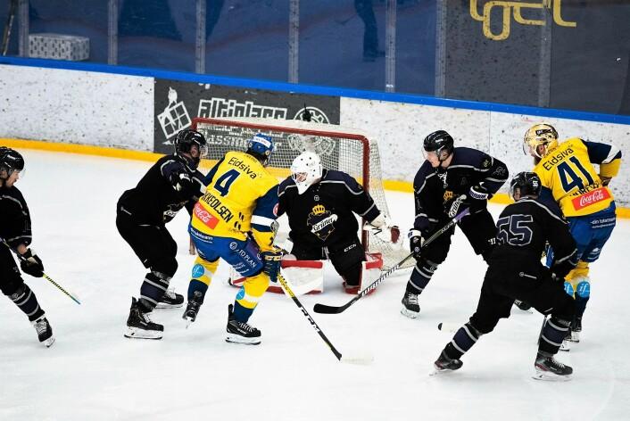 Storhamars Patrick Thoresen (41) var kampens store spiller. Her er han farlig frampå sammen med lagkamerat Eskild Bakke Olsen. Foto: Bjørnar Morønnng