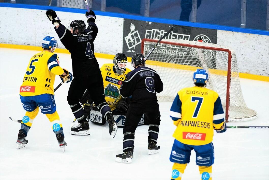 Grüners Kim Samuelson kan feire sammen med lagkameratene etter å ha scoret kveldens første mål for hjemmelaget mot Storhamar. Foto: Bjørnar Morønning
