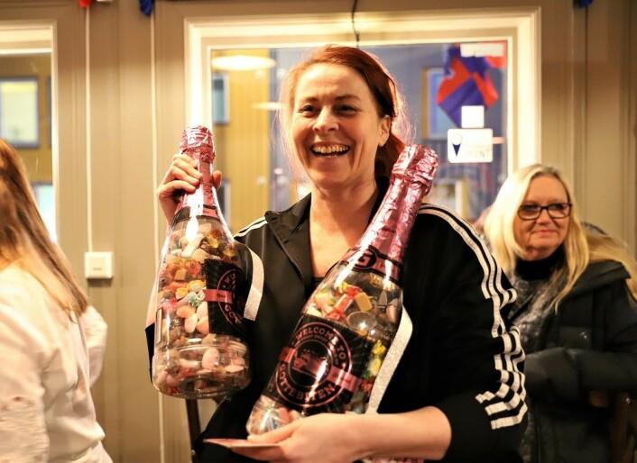Daglig leder Mona Skogen fikk gaver fra gjestene. Foto: André Kjernsli