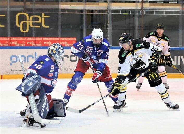 Hovedjobben til back Villiam Strøm er ikke å score, men mot Stavanger fikk han inn et helt avgjørende mål. Her i kamp mot Tommy Kristiansen fra Oilers. Til venstre står veggen Steffen Søberg. Foto: André Kjernsli