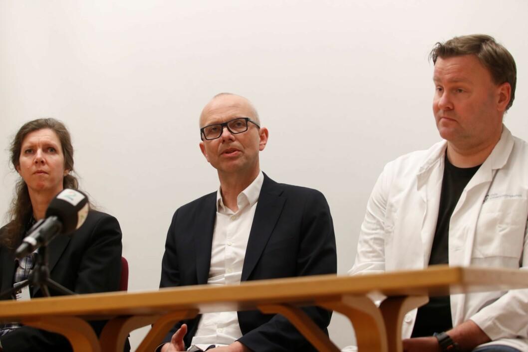 Administrerende direktør for Oslo universitetssykehus Bjørn Atle Bjørnbeth (i midten) kunne fredag kveld bekrefte at en av deres ansatte er blitt smittet av koronaviruset. Foto: Terje Bendiksby / NTB scanpix