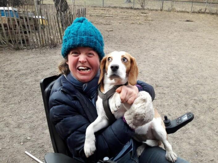Ida Tennø Andersen er rullestolbruker og er i Stensparken hundepark hver dag. Når hennes egen hund, Mio, ikke har tid til å være med på bildet, stiller My opp. Foto: Anders Høilund