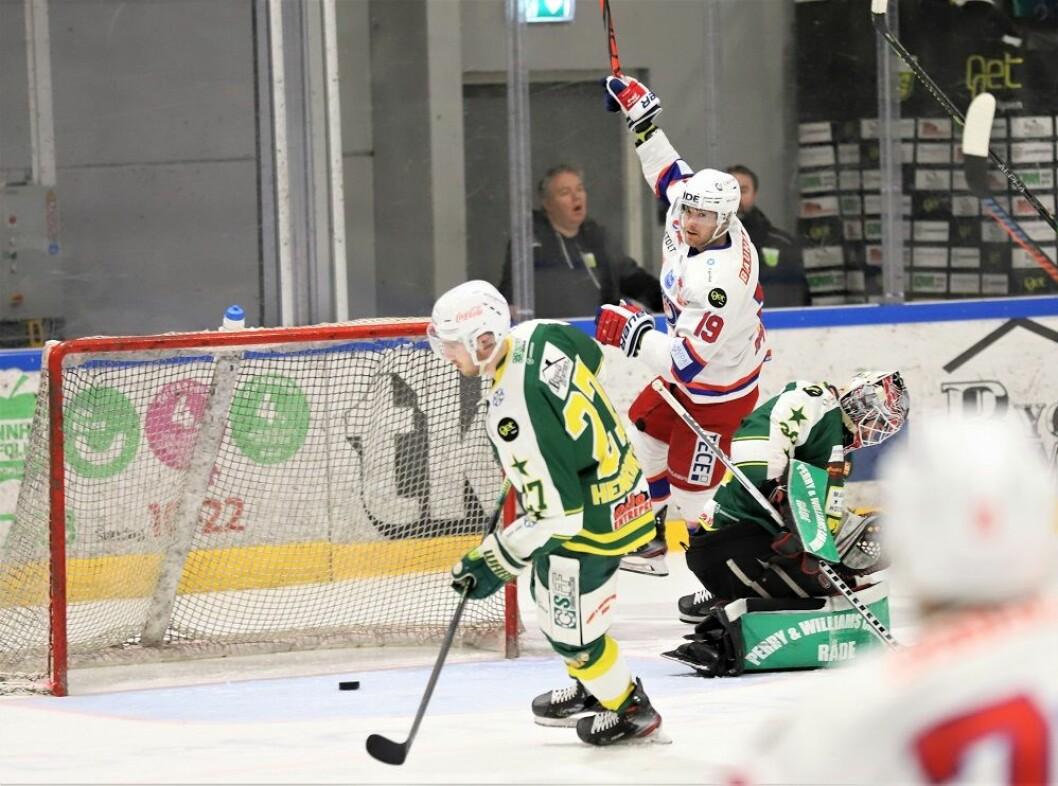 Jonas Oppøyen jubler etter å ha satt pucken i mål åtte sekunder etter forrige VIF-scoring. Foto: André Kjernsli