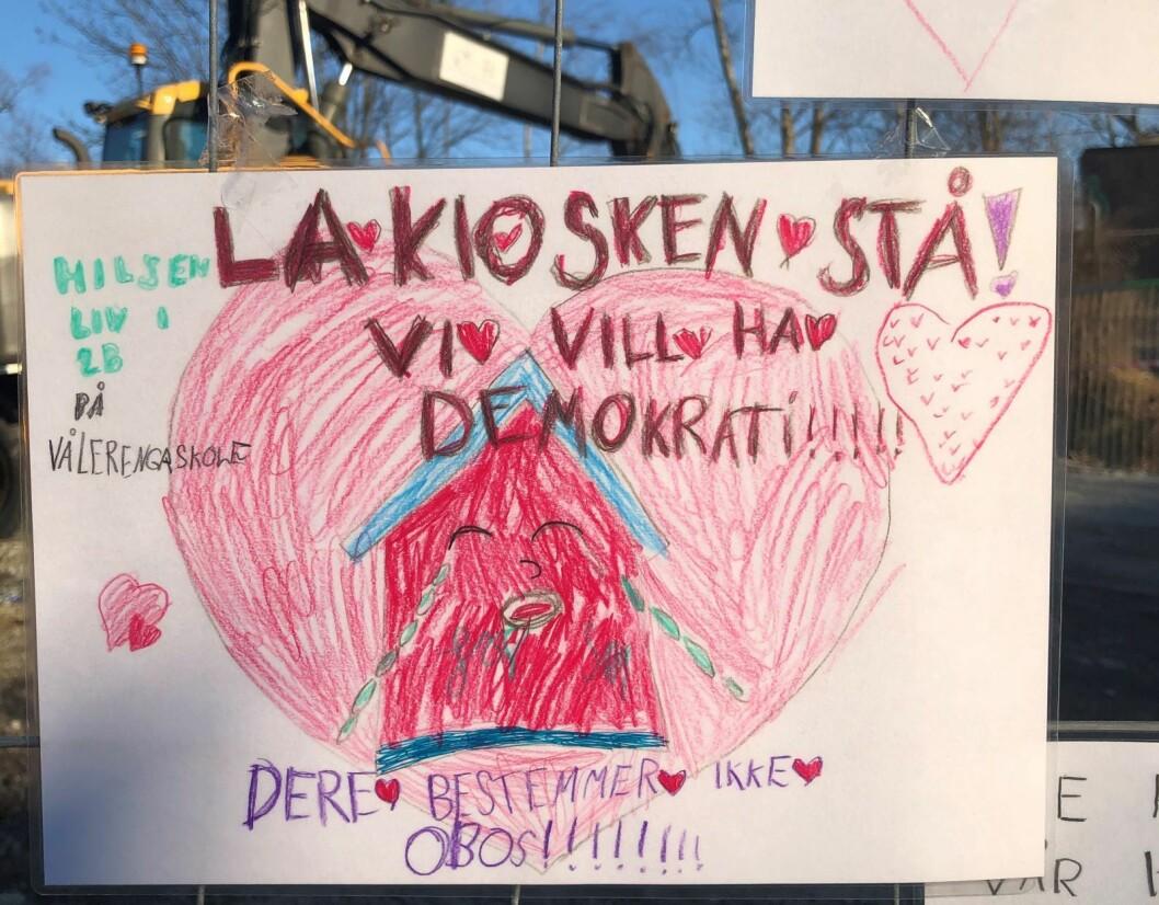 Gjerdet utenfor Sotakiosken er dekket av tegninger fra elever ved Vålerenga skole. Foto: Hege Høsøien