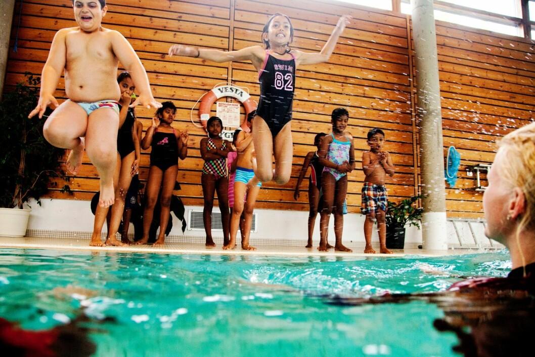 Svømmekurs på Nordtvet bad. Her er hensikten å bli trygg under og over vann. Foto: Tore Meek / Scanpix