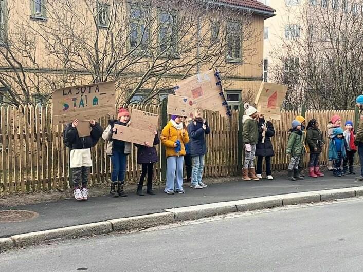 Nyskolens elever stilte opp med hjemmesnekrede plakater og engasjement. Foto: Christian Korell