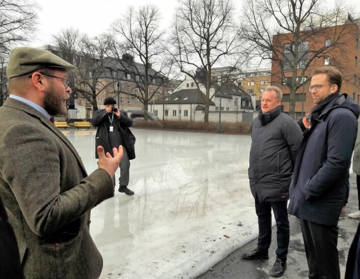 Områdeløft Grønland og Tøyens Leo Rygnestad forklarer at lokalbefolkningen må være med på planleggingen av uterommene. Raymond Johansen og Nikolay Astrup lytter. Foto: Anders Høilund