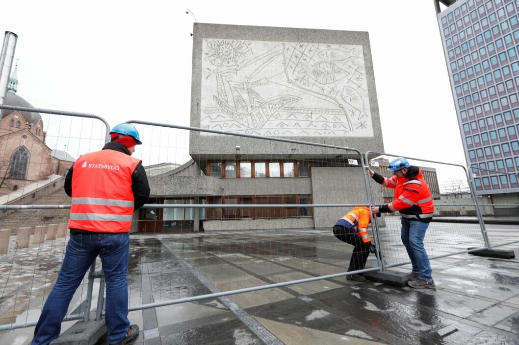 Statsbygg setter opp byggegjerde rundt Y-blokken i regjeringskvartalet mandag morgen. Foto: Gorm Kallestad / NTB scanpix