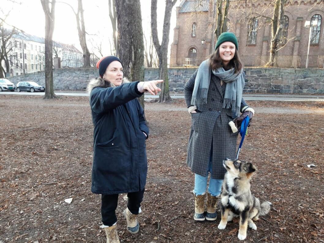 – Her er et godt egnet område for en hundepark, sier Mette Bølstad og Hanne Lorvik. Foto: Anders Høilund