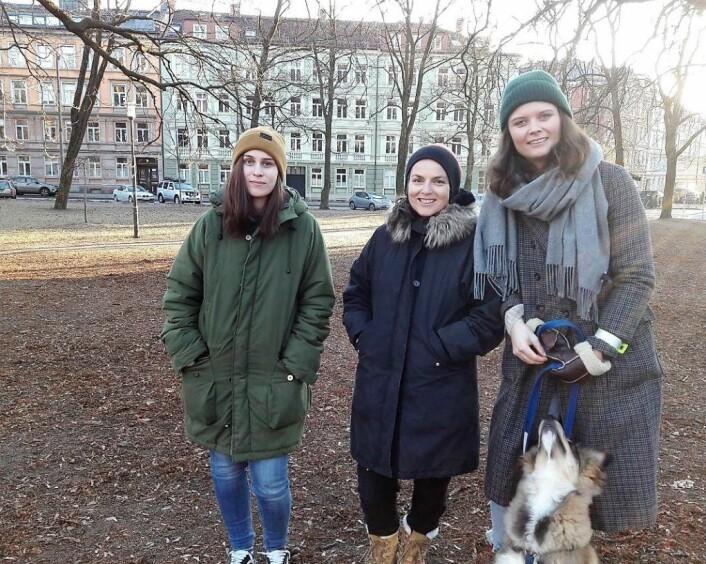 Janne Regine Rugtvedt (til venstre), her sammen med Mette Bølstad og Hanne Lorvik, mener at en hundepark her lett vil kunne fjernes igjen om det mot formodning skulle vise seg å ikke fungere. Foto: Anders Høilund