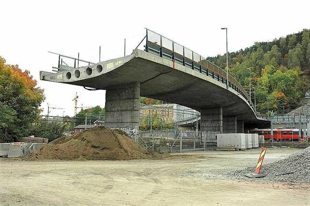Sørenga bru går over jernbaneskinnene og slutter brått over Middelalderparken. En trapp ned vil lette adkomsten mellom Gamlebyen og Sørenga. Foto: Bjørn Bratten