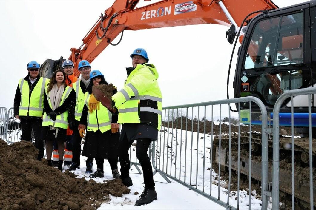 Raymond Johansen tar det første spadetaket, om tre år skal den nye storbylegevakten åpnes. Foto: André Kjernsli