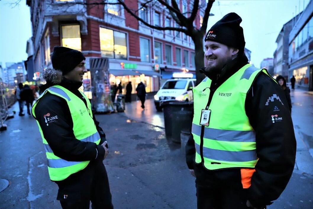 Trivselsvekterne er på plass og sier de har blitt godt mottatt i det åpne rusmiljøet. Foto: André Kjernsli
