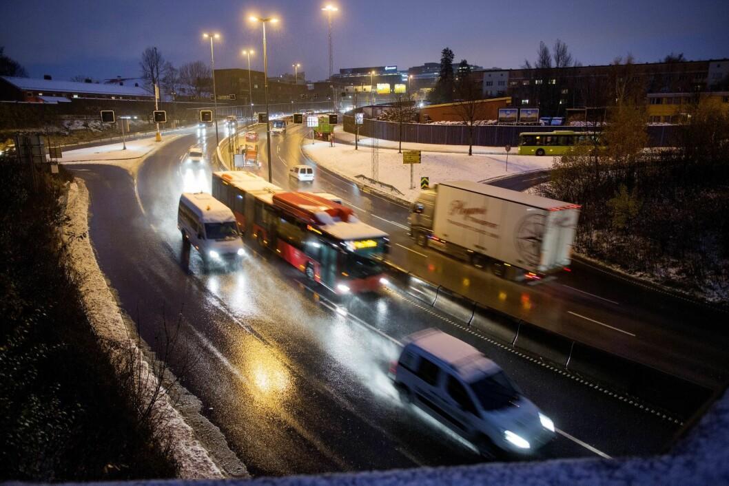 Regn, snø og sludd bidrar til kø ved Økern i retning Sinsen innover mot Oslo mandag morgen. Snøen og sluddet kom i løpet av natt til mandag. Vinterføre. Autovern. Foto: Thomas Winje Øijord / NTB scanpix