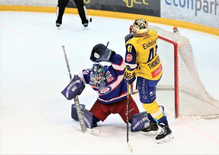 Pucken smeller i tverrliggeren over hodet på Steffen Søberg. Foto: André Kjernsli