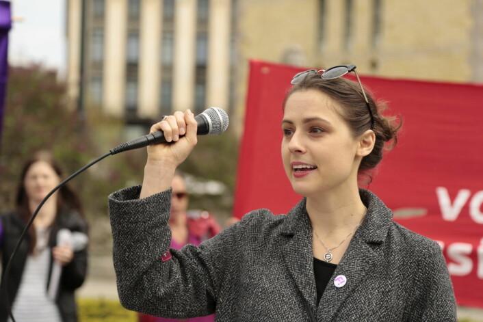 Cathrine Linn Kristiansen holder hovedappellen om abort i årets 8. marstog. Foto: Ka Man Mak