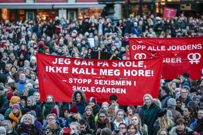 """"""" Jeg går på skole, ikke kall meg hore! Stopp sexismen i skolegården"""" var blant parolene under markeringen av den internasjonale kvinnedagen på Youngstorget i Oslo.<br />Foto: Håkon Mosvold Larsen / NTB scanpix"""