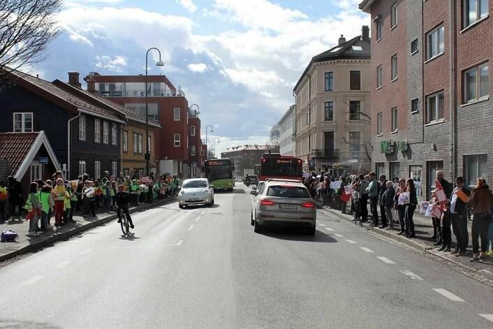 Foreldre og barn aksjonerer mot trafikken i Strømsveien. Foto: Aksjon Strømsveien