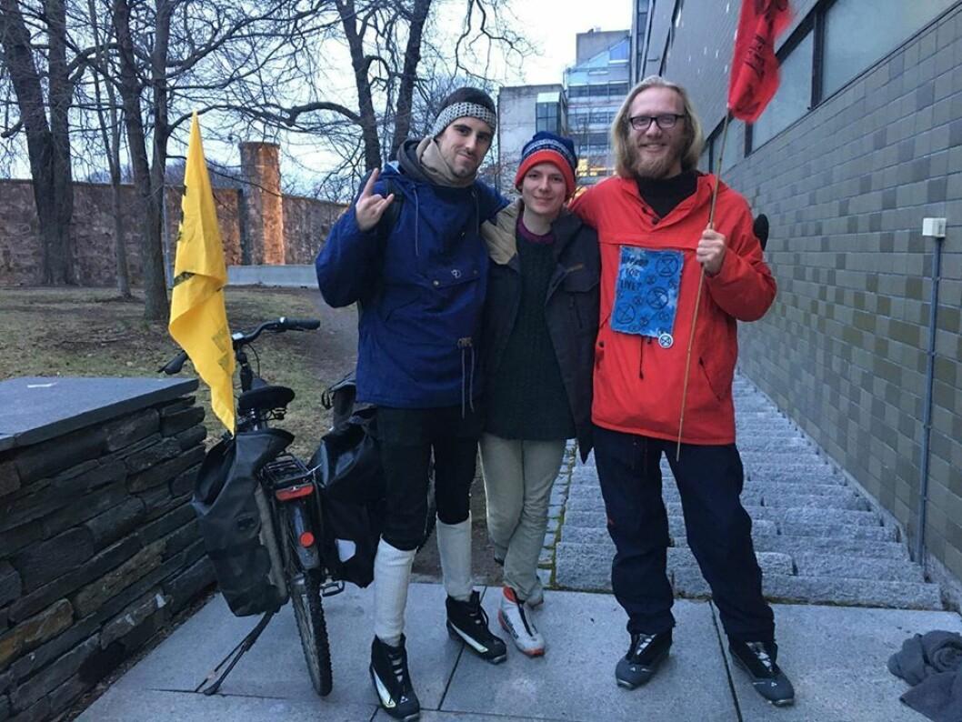 Fra venstre: Anders Stai Fougner (26), Magne Nyberg (18) og Eskil Roll-Hansen (23) lot seg frivillig arrestere som en del av aksjonen for å sette fokus på global oppvarming. Her er de akkurat ute fra arresten. Foto: Extinction Rebellion