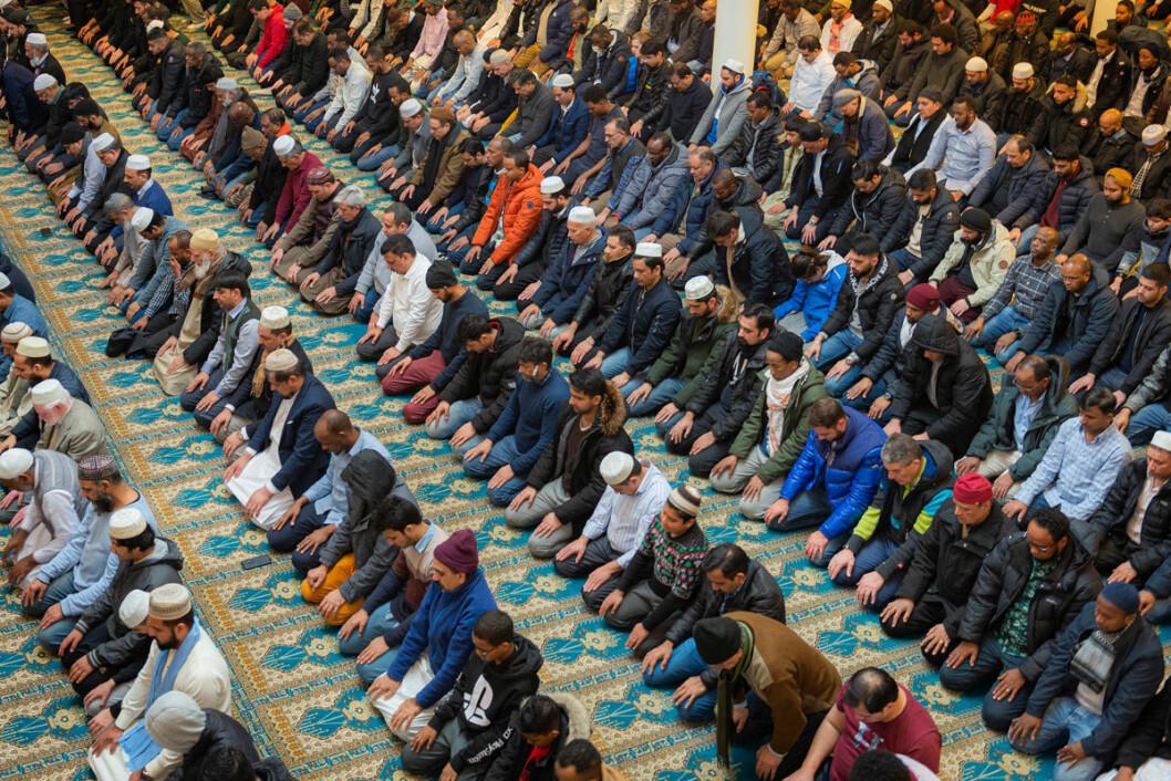 Det er fredagsbønn i den digre Central Jamaat e-ahl-e Sunnat moskeen på Grønland. Foto: Morten Lauveng Jørgensen