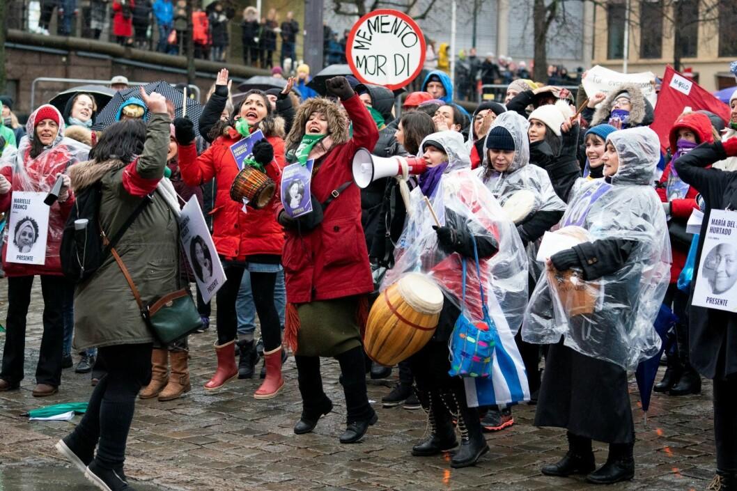 Tusener møtte opp for å kjempe for kvinners rettigheter på kvinnedagen. Foto: Fredrik Hagen / NTB scanpix