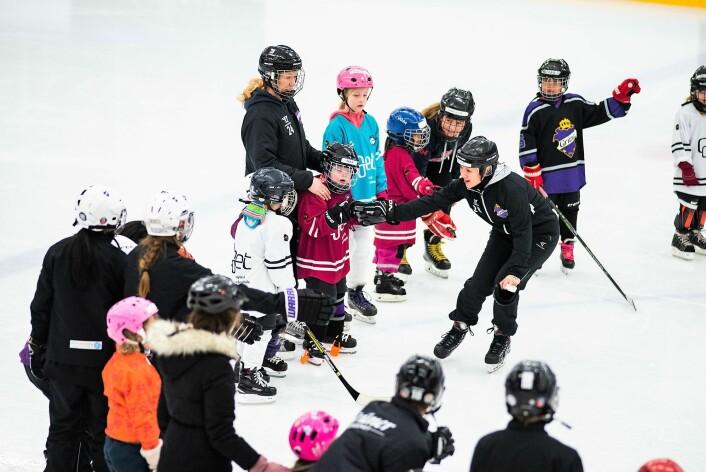 På selveste kvinnedagen er det flust av hockeytalenter i Grüner ishall. Foto: Bjørnar Morønning