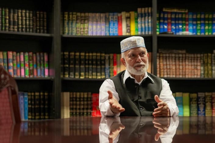 Styremedlem og vår guide, Haji Zafar Iqbal Forteller oss om bøkene i biblioteket. Foto: Morten Lauveng Jørgensen