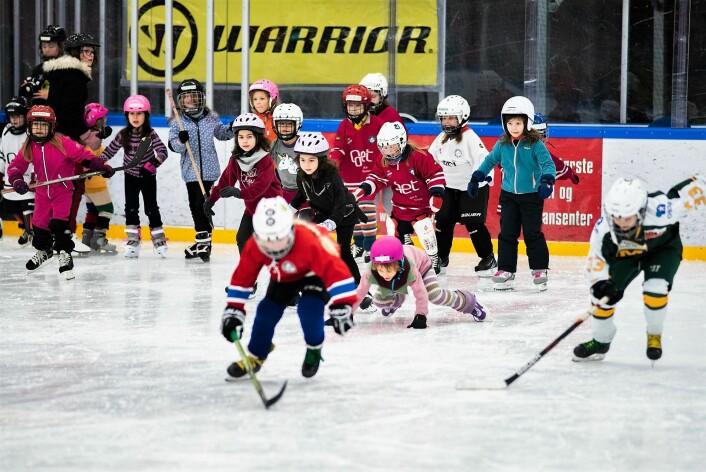 Oppslutningen om Grüner ishockeys 8. mars-arrangement var svært god blant jentene. Foto: Bjørnar Morønning