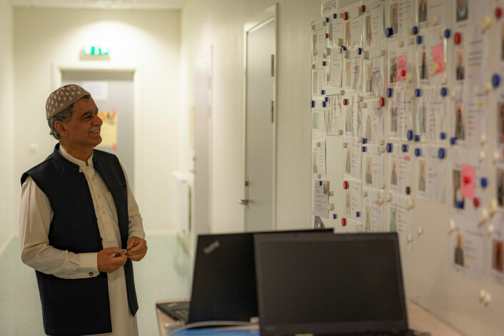 Styreleder Sheikh Khalid Mahmood viser frem tavlen med navnene på alle de frivillige<br />lærerne som er tilknyttet leksehjelpprogrammet moskeen driver i samarbeid med Røde Kors. Foto: Morten Lauveng Jørgensen
