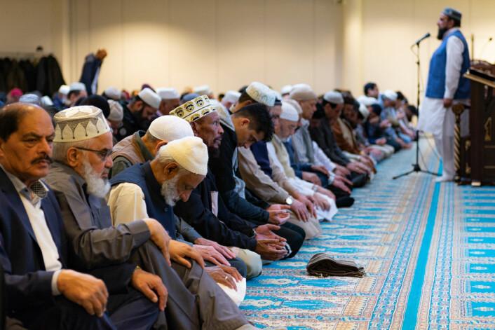 Hovedimam Syed Nehmat Ali Shah Bukhari taler for menigheten sin. Foto: Morten Lauveng Jørgensen