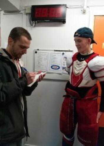 Trym Brodal Hagen intervjues av VårtOslo etter å ha skåret Jordal Amfis siste hockeymål. Foto: Anna Carlsson