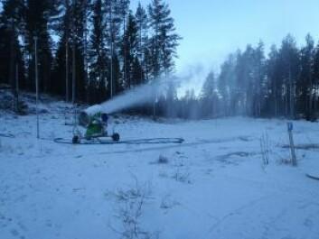 Snøkanonene produserer snø direkte i løypene.