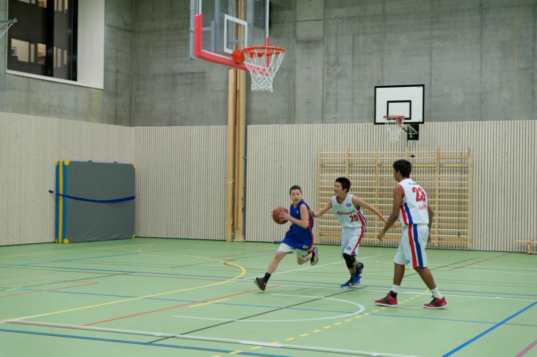 Basketgutta fikk æren av å åpne den nye Vahl flerbrukshall. Foto: Anna Carlsson