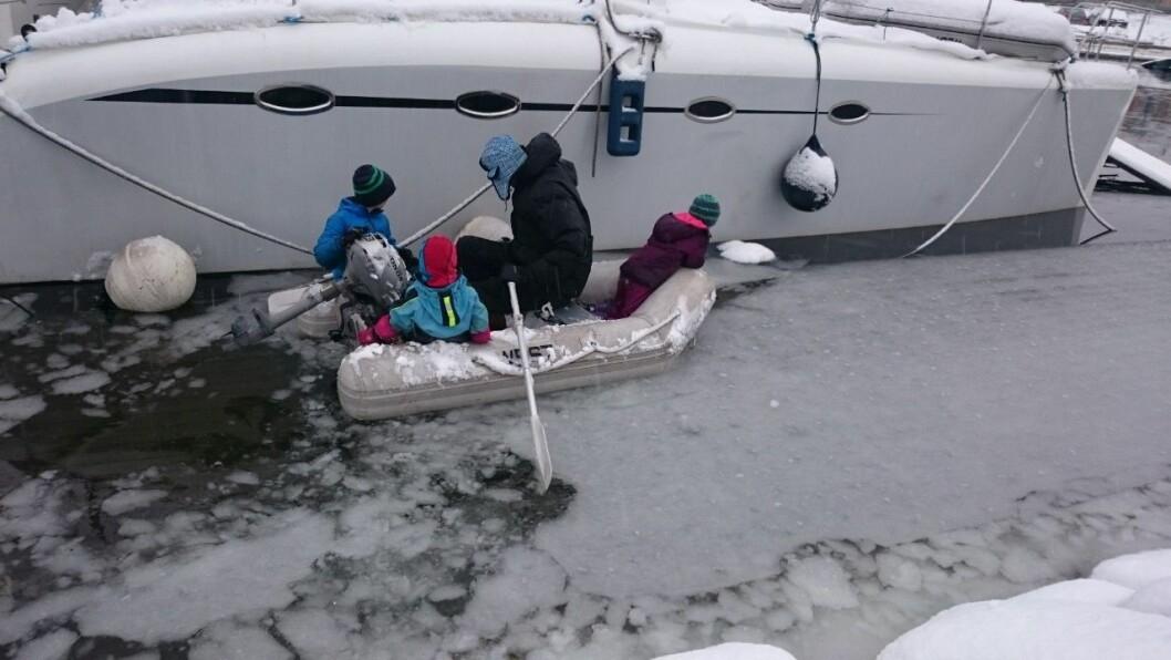Brygga ligger under vann, og Apneseth og familien må finne en kreativ måte å komme hjem på. Foto: Claus Christian Apneseth