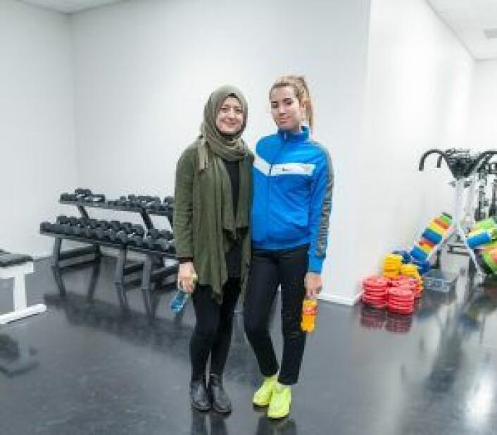 Nissrin Khalaf (til v.) og Salima Elmouatassem, er begge fotballtrenere for Sterling Sportsklubb. Foto: Anna Carlsson