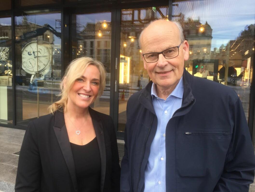 Klokkebutikken Thune har merket nedgangen i besøk. Her butikksjef Mia Fossheim Krohn og stortingsrepresentant Michael Tetzschner (H). Foto: Vegard Velle