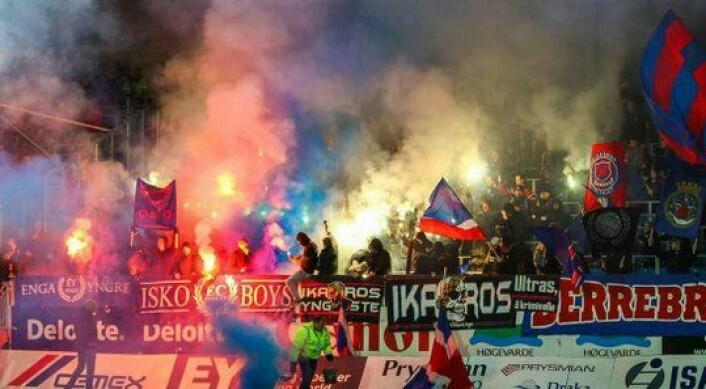 """Ultras-kulturen har fått fotfeste også i norsk fotball, Foto:<a href=""""http://www.ultras-tifo.net/photo-news/3893-stromsgodset-valerenga-08112015.html""""> Ultras Tifo</a>"""