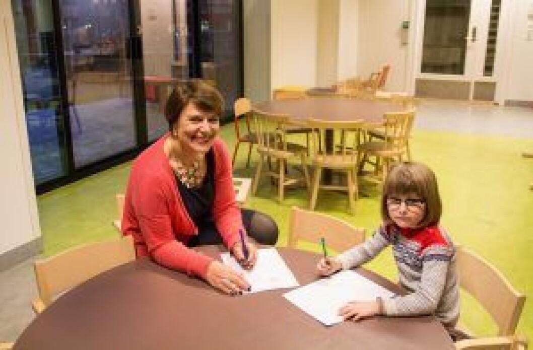 Julie (5) fra Støperiet barnehage på Grünerløkka viser byråd Tone Tellevik Dahl hvordan man tegner. Illustrasjonsfoto: Nafisa Zaheer
