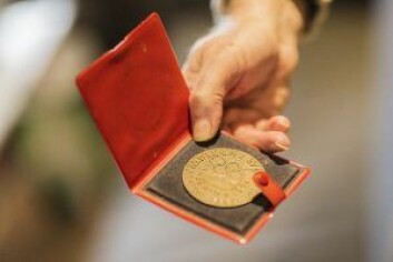 Deltagermedaljen fra vinter-OL i Innsbruck i 1964. Norge tok 5 seire og fikk tre tap i ishockeyturneringen. Foto: Stine Raastad