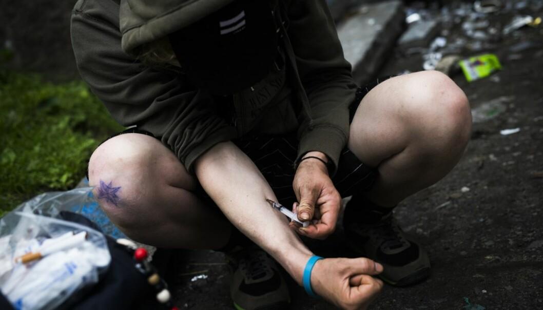 En bruker skyter heroin ved Akerselva i 2017.