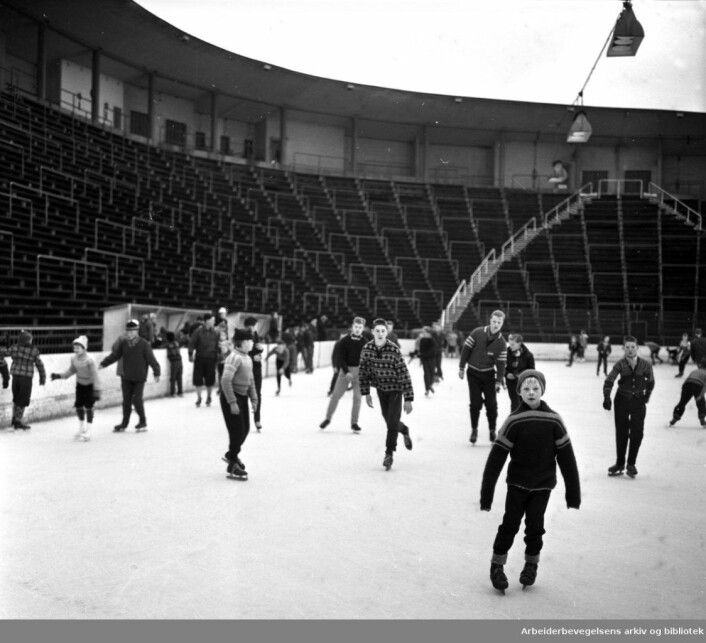 Barn på skøyter på Jordal Amfi, desember 1959. Foto: Ukjent / Arbeiderbevegelsens arkiv og bibliotek