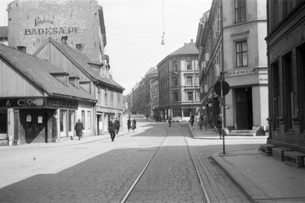 Tøyengata i 1943, i krysset med Nordbygata. Neste kryssende gate er Urtegata. Foto: Oslobilder.no / Oslo byarkiv