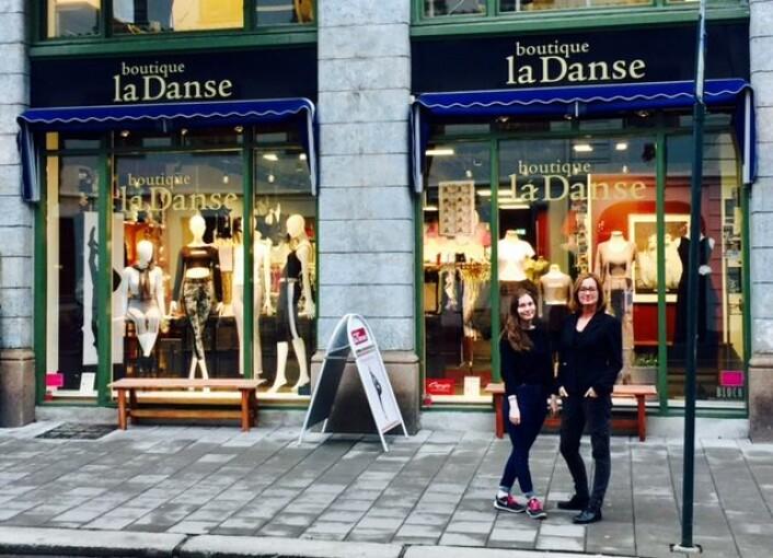 Elin Sønvisen Johansen og Kari Maartmann jobber i butikken La Danse og er bekymret for følgene av Bilfritt sentrum. Foto: Privat