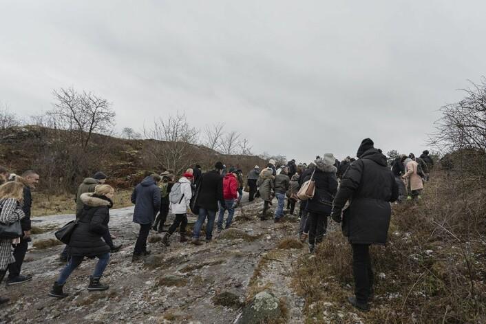 Pilegrimsferd: Mellom 70 og 80 personer møtte opp til befaringen på Gressholmen. Foto: Stine Raastad