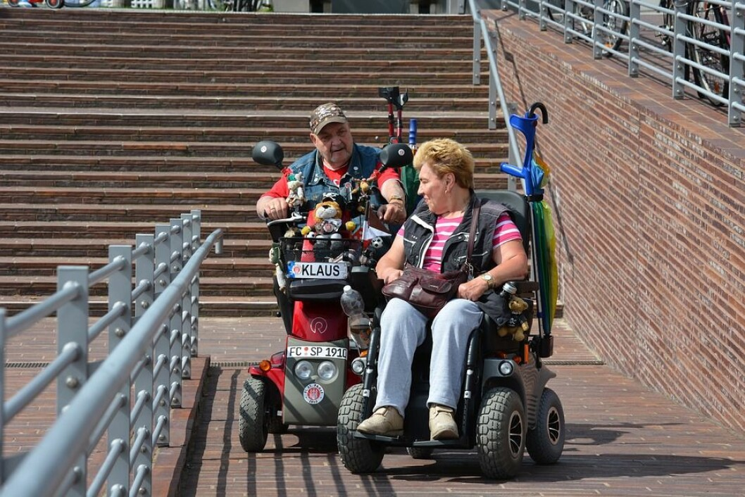 Brukere av elektrisk rullestol vil nyte godt av sykkelfelt og bredere fortau i Oslo. Foto: Pixabay